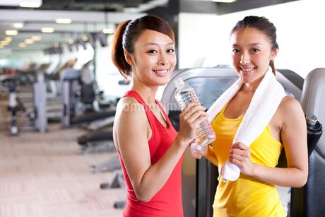 ジムで運動をする2人の若い女性の写真素材 [FYI02038044]