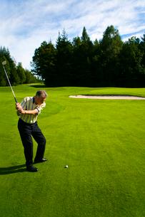 ゴルフをする男性の写真素材 [FYI02038047]