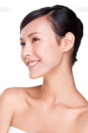 笑顔の若い女性の写真素材 [FYI02038118]