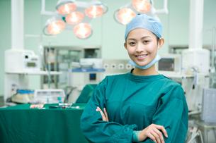 手術室に立つ笑顔の看護師の写真素材 [FYI02038125]