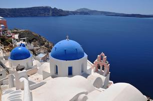 サントリーニ島の青い屋根の教会の写真素材 [FYI02038145]