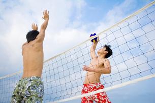 ビーチバレーをする若者の写真素材 [FYI02038221]