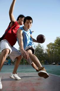 バスケットボールをする2人の若い男性の写真素材 [FYI02038234]