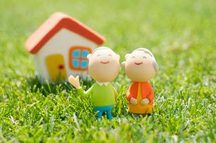 シニア夫婦と家のクラフトの写真素材 [FYI02038273]