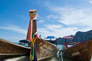 ピピ島のビーチに係留されたボートの写真素材 [FYI02038332]