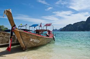 ピピ島のビーチに係留されたボートの写真素材 [FYI02038504]