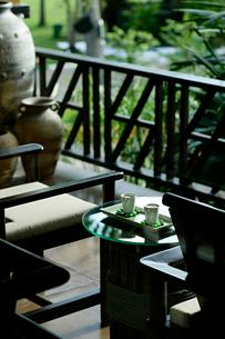 テーブルの上に置かれた2組のカップの写真素材 [FYI02038518]