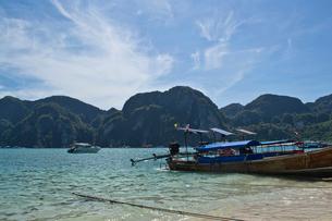 ピピ島の海に浮かぶボートの写真素材 [FYI02038594]