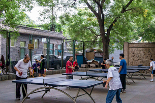屋外で卓球を楽しむ人々の写真素材 [FYI02038833]