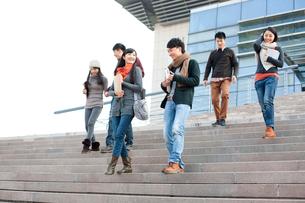 キャンパス内を歩く大学生の写真素材 [FYI02038840]