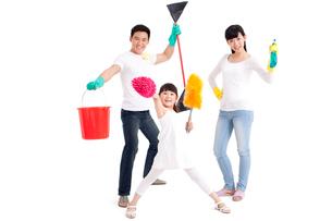 掃除道具を持った家族の写真素材 [FYI02038878]