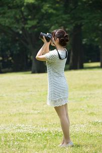 写真を撮る若い女性の写真素材 [FYI02038927]
