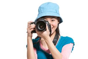 一眼レフカメラで撮影をする若い女性の写真素材 [FYI02038962]