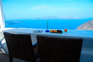 窓ごしのサントリーニ島の風景の写真素材 [FYI02039121]