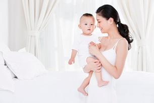 子供を抱く母親の写真素材 [FYI02039133]