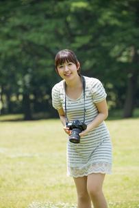 写真を撮る若い女性の写真素材 [FYI02039163]