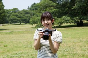 写真を撮る若い女性の写真素材 [FYI02039170]