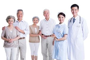 老夫婦と医師と看護師の写真素材 [FYI02039212]