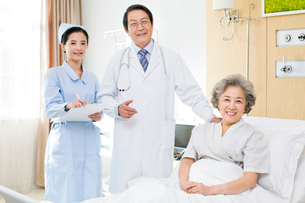 患者と医師と看護師の写真素材 [FYI02039273]