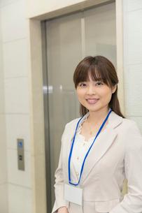 エレベーターの前に立つビジネスウーマンの写真素材 [FYI02039285]
