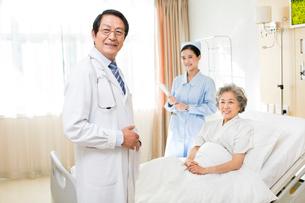 患者と医師と看護師の写真素材 [FYI02039308]