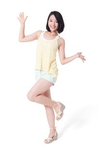 ポーズをとる若い女性の写真素材 [FYI02039353]