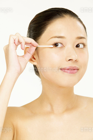 化粧をする若い女性の写真素材 [FYI02039366]