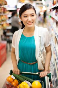 スーパーで買い物をする若い女性の写真素材 [FYI02039419]