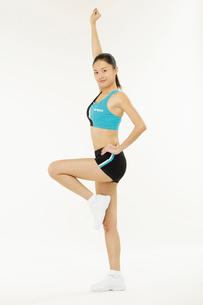 エアロビクスをする若い女性の写真素材 [FYI02039433]