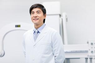 医療機器の前に立つ医師の写真素材 [FYI02039750]