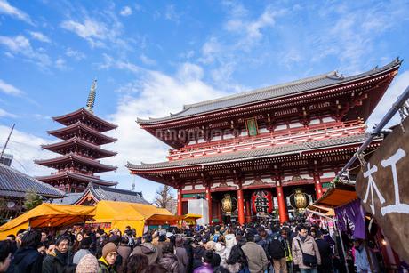 初詣客でにぎわう浅草寺の写真素材 [FYI02039803]