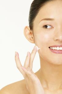 洗顔をする若い女性の写真素材 [FYI02039824]