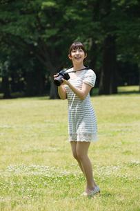 写真を撮る若い女性の写真素材 [FYI02039962]
