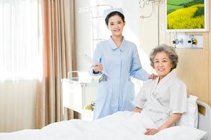 入院中の女性と看護師の写真素材 [FYI02040069]