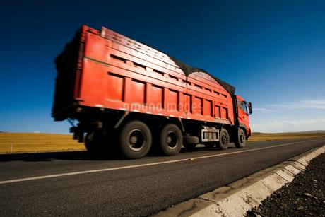 荒野を走るトラックの写真素材 [FYI02040138]