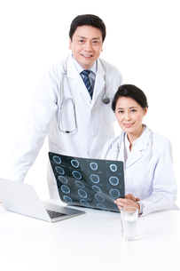 X線写真を持つ医師の写真素材 [FYI02040150]