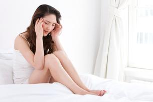 頭痛に苦しむ若い女性の写真素材 [FYI02040159]
