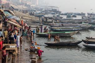 ガンジス川で沐浴をする人々の写真素材 [FYI02040204]
