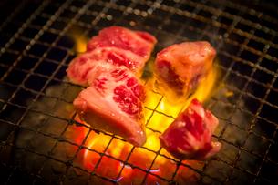 網で焼かれる牛肉の写真素材 [FYI02040237]