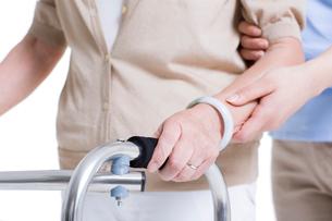 歩行訓練をする女性と介護士の手の写真素材 [FYI02040325]