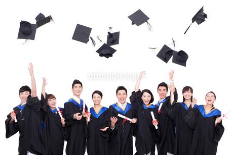 卒業式で帽子を投げる卒業生の写真素材 [FYI02040383]