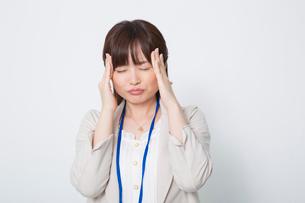 頭痛に苦しむビジネスウーマンの写真素材 [FYI02040392]