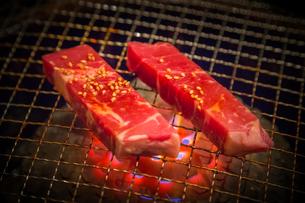 網で焼かれる牛肉の写真素材 [FYI02040611]