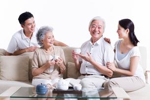 お茶を飲む両親と娘夫婦の写真素材 [FYI02040639]