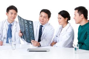 X線写真を見て話す医師の写真素材 [FYI02040649]