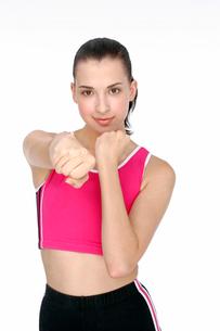 ボクシングのポーズを取る女性の写真素材 [FYI02040678]
