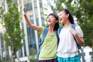 携帯電話で写真を撮る小学生の写真素材 [FYI02040729]