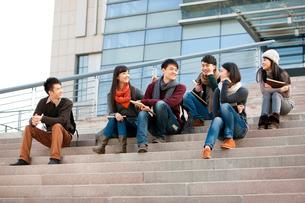 キャンパス内で話す大学生の写真素材 [FYI02040836]