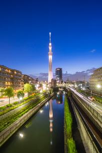 東京スカイツリーと北十間川の写真素材 [FYI02040876]