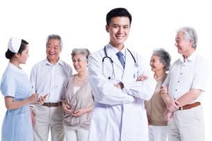 老夫婦と医師と看護師の写真素材 [FYI02040880]